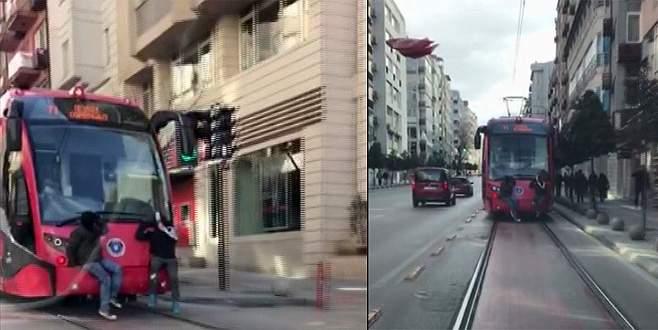 Tramvayın arkasında tehlikeli yolculuk