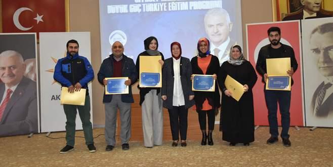 Siyaset akademisi kursiyerlerine sertifika
