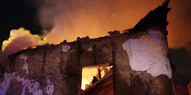 Bursa'da metruk bina yangını