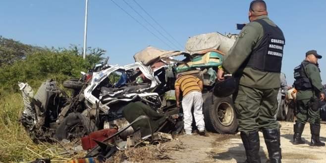 Kamyon ile otobüs çarpıştı: 16 ölü, 50 yaralı