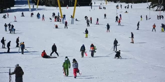 Uludağ'da kayak keyfi sürüyor