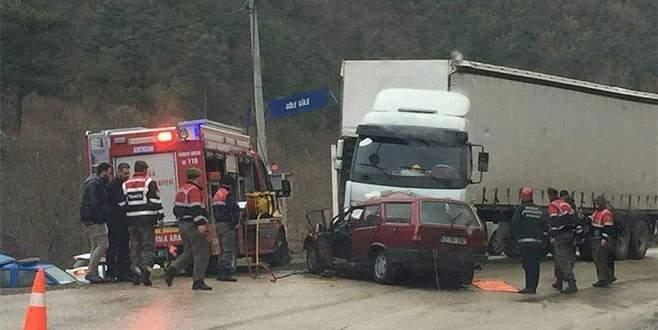 Yağmurda kayan otomobil TIR'ın altına girdi: 2 ölü