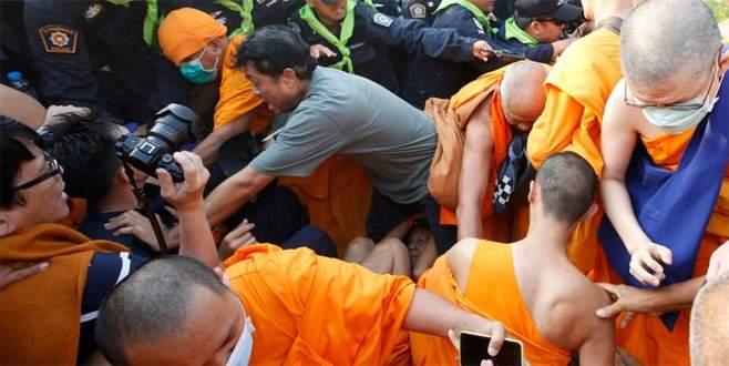 Rahipler polisle çatıştı