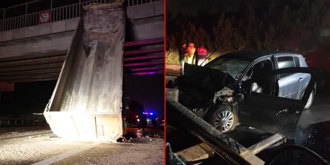 Damperi köprüye asılı kalan TIR'a otomobil çarptı: 2 ölü