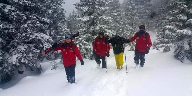 Uludağ'da 'ölü nokta'da kaybolan kayakçıyı JAK timi kurtardı