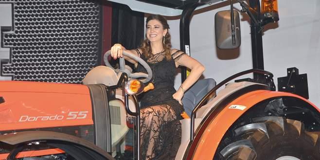Sahneye traktörle çıktı