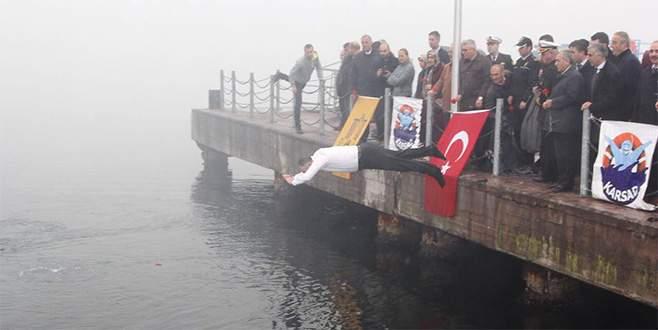 Denize atlayan belediye başkanı fenalaşan dalgıcı kurtardı