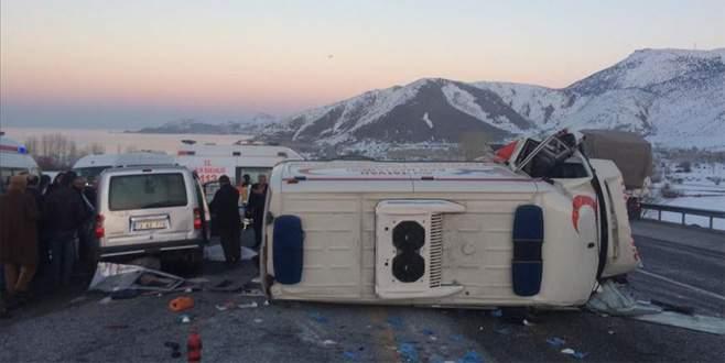 Ambulansla kamyonet çarpıştı: 4 ölü