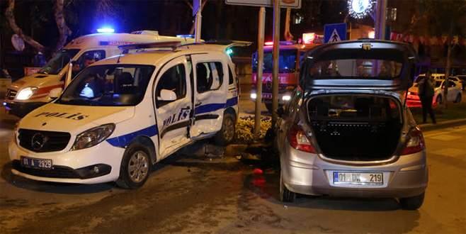 Polis aracı ile otomobil çarpıştı: 3 polis yaralı