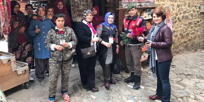 Jandarma kadınlar gününde karanfil dağıttı