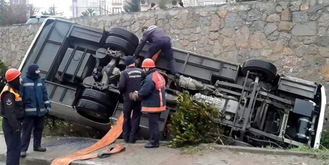 Çevik kuvvet otobüsü devrildi: 5 yaralı