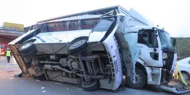 Servis minibüsü kamyona çarptı: 27 yaralı