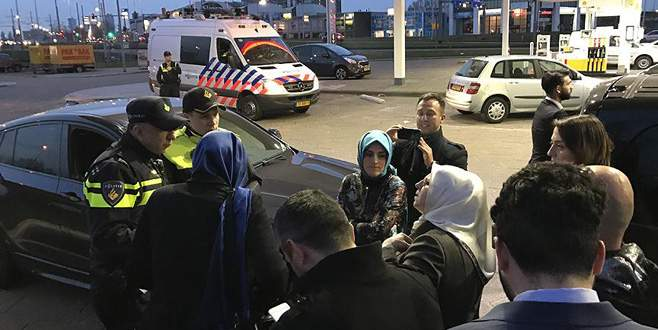 Hollanda'da AA ve TRT aracına polis engeli