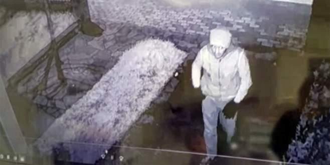 Sadaka kutusunu çalan hırsız kameraya yakalandı