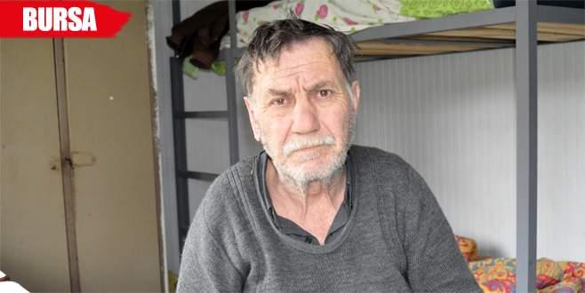 Sokaklarda yatan yaşlı adam, 40 yıldır kızını arıyor
