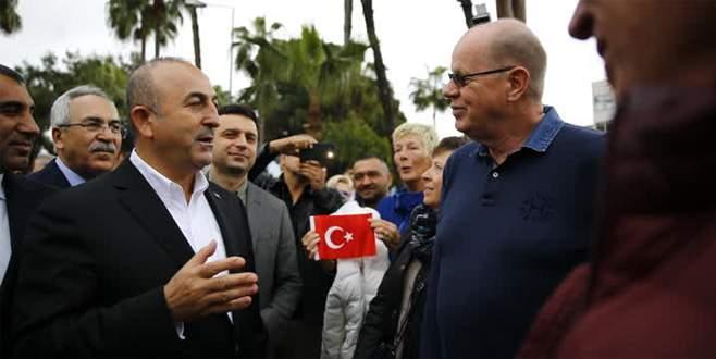 Bakan Çavuşoğlu'na Hollandalılardan sürpriz