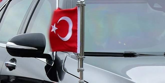 Makam aracındaki Türk bayrağına saldırı girişimi