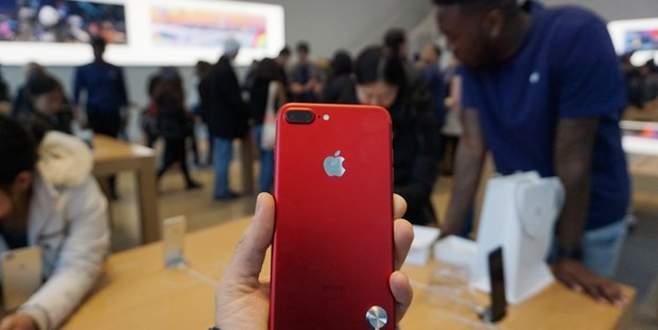 Kırmızı iPhone 7 satışta