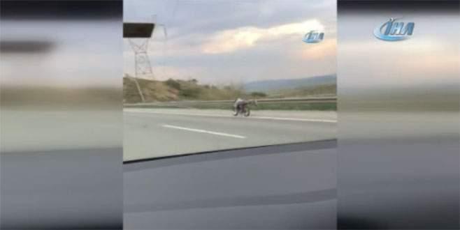 120 kilometre hızla giderken motosikletin üzerine yattı