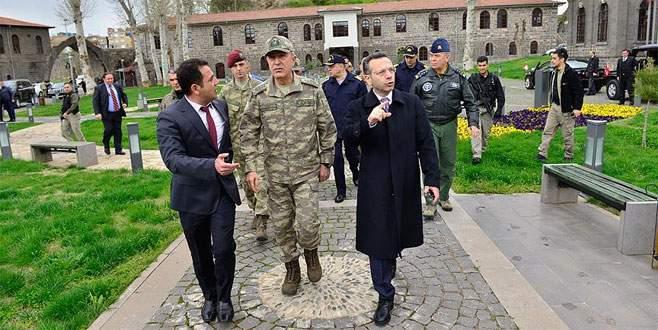 Orgeneral Akar Diyarbakır ve Batman'daki birlikleri denetledi