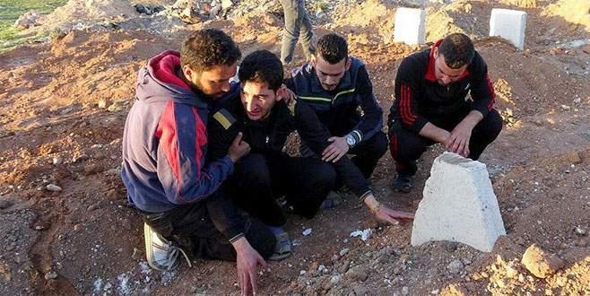 İkiz bebeklerinin acısını mezar taşlarına sarılıp dindiriyor
