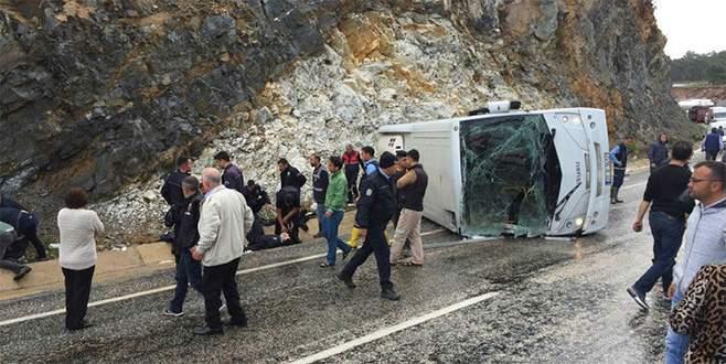 Çevik Kuvvet otobüsü devrildi