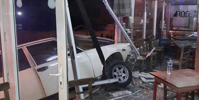 Otomobil kahvehaneye girdi: 7 yaralı