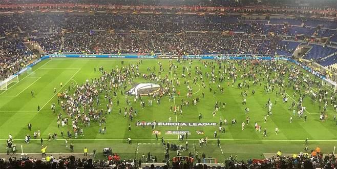 Olympique Lyon – Beşiktaş maçında taraftarlar sahaya girdi