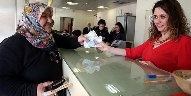Büyükanneler maaşlarını almaya başladı