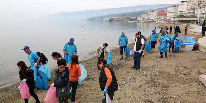 Öğrenciler sahilleri temizledi