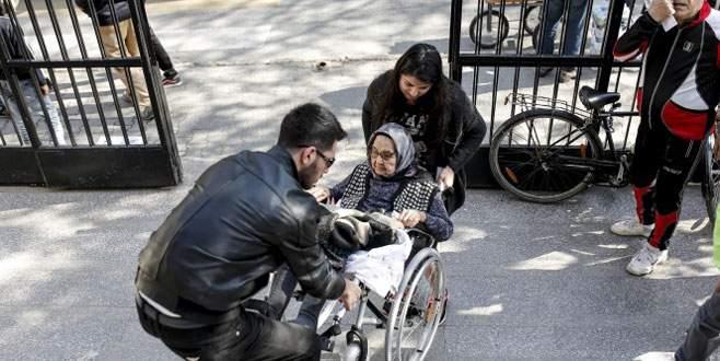 98 yaşında tekerlekli sandalyeyle oyunu kullandı