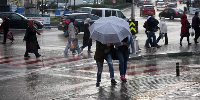 Bursa'da fırtınaya karşı şemsiyeli mücadele
