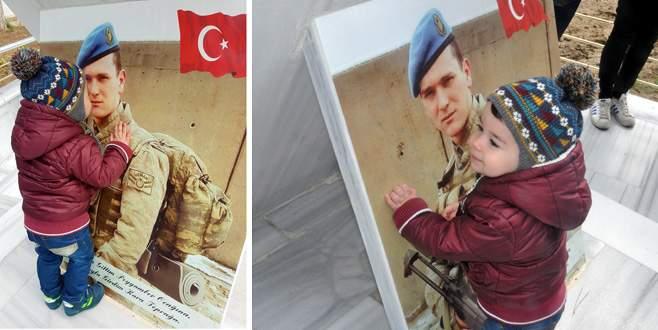 Minik Berat, şehit babasının fotoğrafı başından ayrılmadı