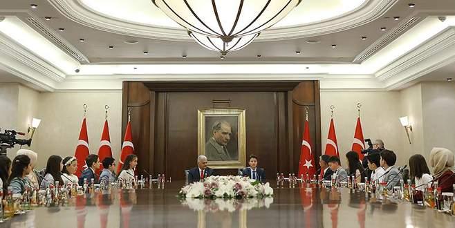Başbakan koltuğunu Yağız Efe'ye bıraktı
