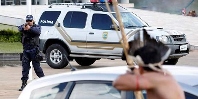 Yerliler polise ok attı