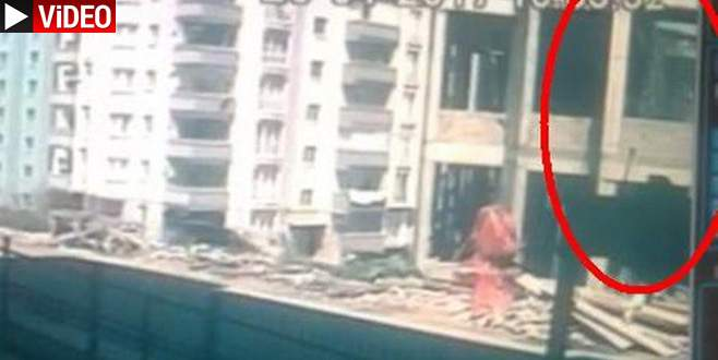 Cami inşaatındaki çökme anı kamerada