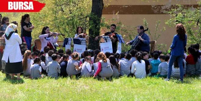 Orkestra kurup köy çocuklarına konser verdiler