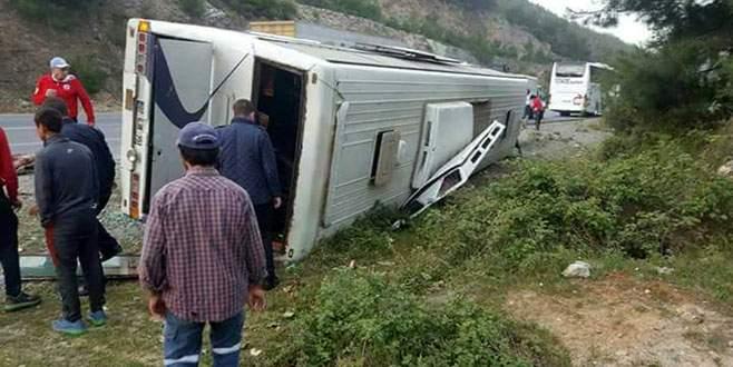 Taraftarı taşıyan otobüs devrildi
