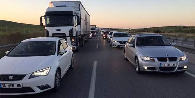 Bursa-İzmir karayolunda tatil dönüşü trafik yoğunluğu