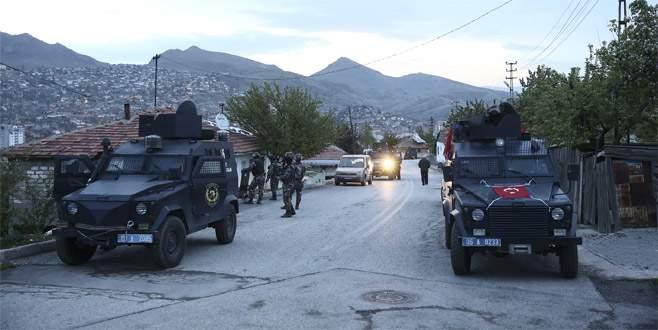Başkentte polise kalaşnikoflarla ateş açtılar