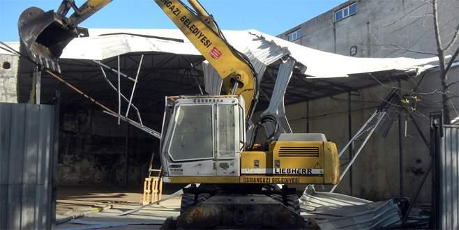 Bursa'da kaçak depo belediye ekiplerince yıkıldı