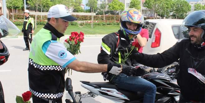 Bursa polisi sürücülere gül dağıttı