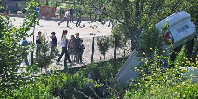 Okul müdürü okul önünde kaza yaptı: 2 yaralı