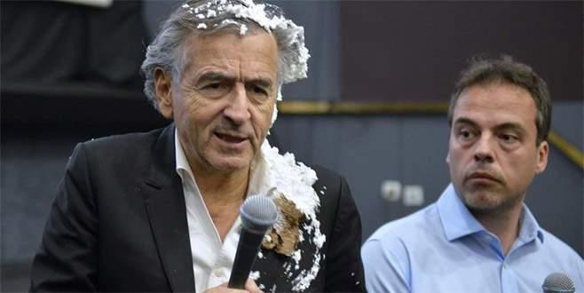 'Filozof' Levy'e pastalı protesto