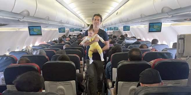 Uçakta çocuk baktı