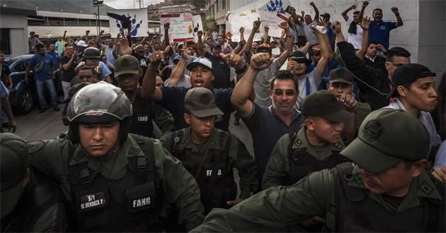 Venezuela'da 65 asker gözaltında