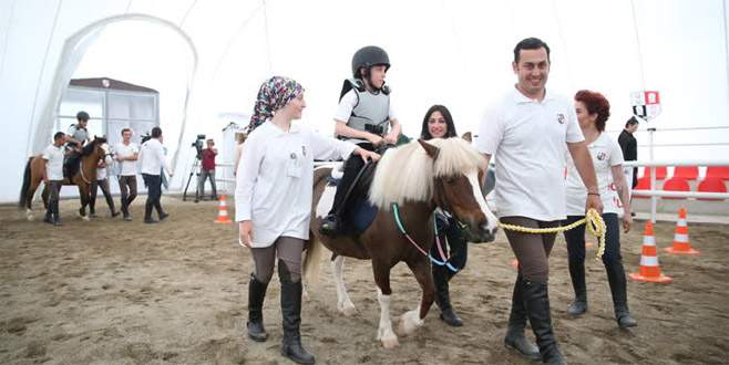 Bursa'da engelli çocuklar için 'atla terapi merkezi' açıldı