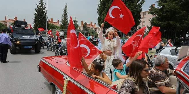Şehit oğlunun sünnet düğününe binlerce kişi katıldı