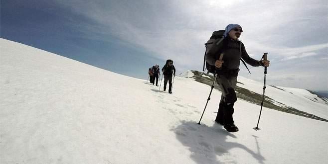 Uludağ'daki son kar kalıntılarının tadını çıkardılar
