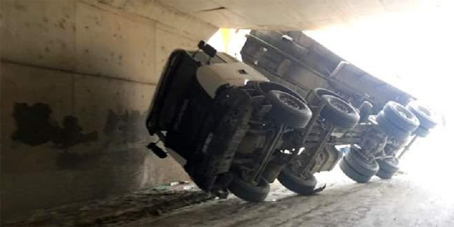 Damperi açık unutulan kamyon alt geçide takıldı